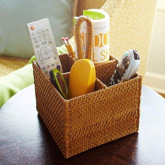 Используйте корзины для организации дистанционного управления в гостиной :: OrganizingMadeFun.com