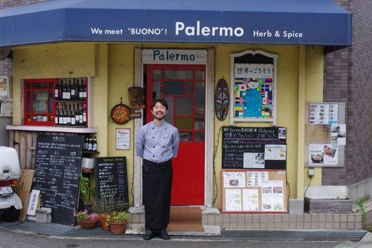 パレルモ名物の大人気オリジナルメニュー「アラビアンライス」。 特集「マイプロSHOWCASE関西編」は、「関西をもっと元気に!」をテーマに、関西を拠点に活躍するソーシャルデザインの担い手を紹介していく、大阪ガスとの共同企画です。 外国の料理をきっかけに、その国の文化や歴史背景に興味を持つことはありませんか? たとえば、ベトナム料理を通じて、ベトナムがフランスの占領下にあったことを改めて認識したり、イタリアのナポリピザをきっかけにナポリの街に興味が湧いて旅行を計画したり…。 ただ、私たちがふだんよく食べる外国の料理は、ヨーロッパやアジアの一部など、限られた国のものがほとんど。他にもたくさんある世界中の国々では、どんな背景のもとにどんな食文化があるのか、気になりませんか? 神戸市・岡本にあるレストラン「世界のごちそうパレルモ(以下、パレルモ)」のオーナーシェフ・本山尚義さんは、世界30ヶ国を旅した人。お店で出されているさまざまな国の料理は、すべて本山さんが旅をしながら現地の人たちから学んできたものなのです。…