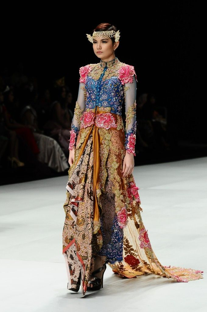 http://www.zimbio.com/pictures/XekggnDd7rY/Indonesia Fashion Week 2014/nF1CMaObgFw