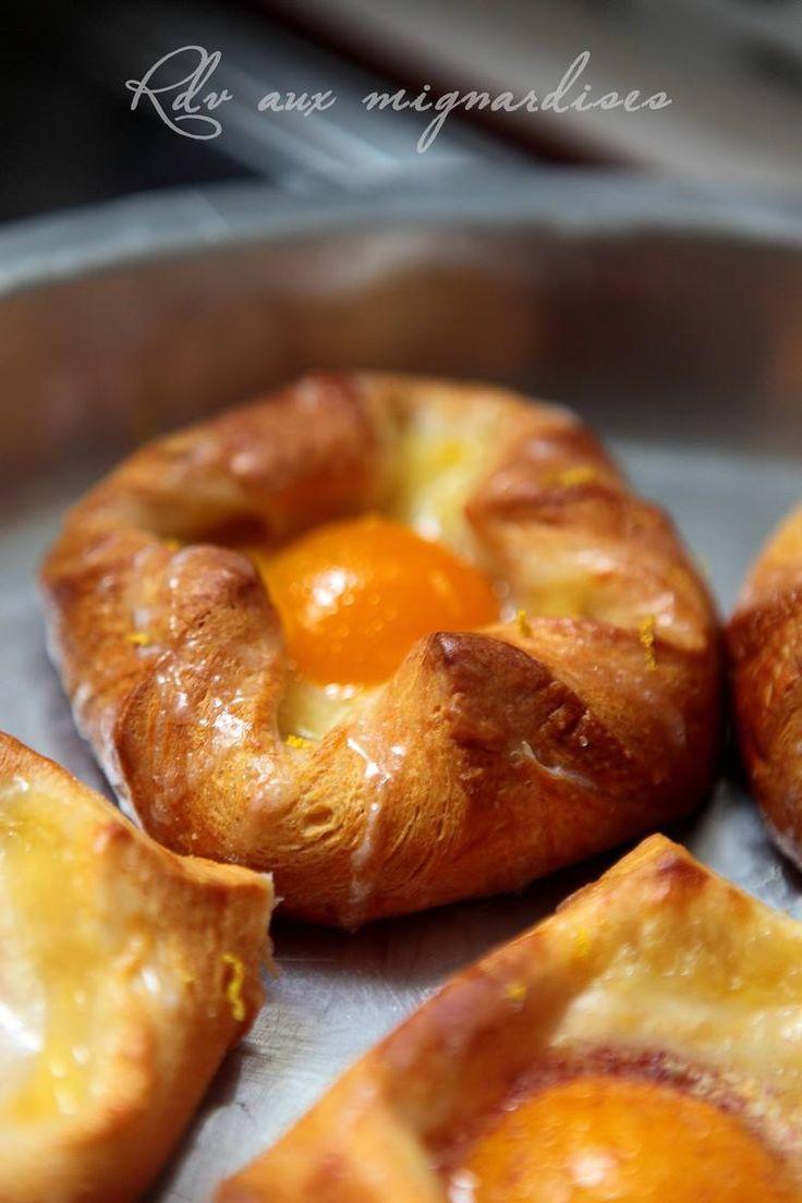 Hello les gourmands, je vous propose aujourd'hui une délicieuse viennoiserie danoise dont j'avais déjà testé la pâte dans un précédent post (Danish Braid…recette ici) pour obtenir des feuilletés à la crème, abricots glacés au citron et parsemés d'amandes effilées grillées, hmmmm Pour la pâte levée feuilletée, j'ai opté pour ma recette préférée de pate à...Lire la suite... »