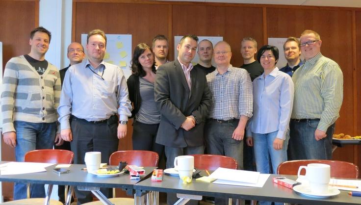 Ryhmäkuvassa Tekninen Yle.fi -tiimi, joka nyt hakee joukkoonsa vahvistusta. Tässä joukossa  pääset kehittämään Suomen suosituimpia verkkopalveluita, kuten Yle Areena ja Yle Uutiset. Olet mukana luomassa kestävää pohjaa Yleisradion sisällöille, päätelaitteesta riippumatta. Hae: http://careers.fi/yle/careers.cgi?careers_language=fin