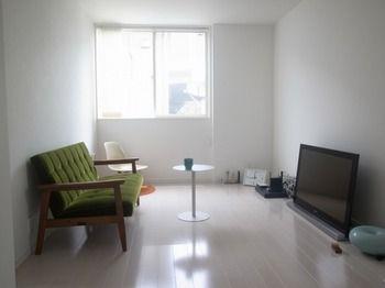 この度、白くて小さな家を建てることになり、 その家に合うソファを探していました。 小さな家なので、どうしても狭い間取りです。 なので、小さくても存在感のあるソファがいいと思っていました。 もともとカリモク60は、 好きな雑貨や洋服のショップで見かけたことはありましたが、 あまり詳しくは知りませんでした。 ホームページでいろいろ調べたところ、 Kチェアのモケットグリーンがこの白い家に合うような気がして お店へ足を運びました。 実際にKチェアを見ると、 コンパクトでもしっかりとした存在感がありましたし、 また、メンテナンスとしてパーツ交換も可能ということから、 インテリアの購入を検討し始めたときから考えていた 「いつまでも使えるもの。」という私のコンセプトにも すごく合っていると感じました。 実際に使ってみると、軟らかすぎず、硬すぎず丁度いい座り心地で、 思わずそのまま眠ってしまうほどです。 そして、シンプルで飽きの来ないデザインがいいですね。 自分の持っているインテリアにもフィットしています。カリモク60 オフィシャルショップ | INFO: USER'S VOICEの最近の記事