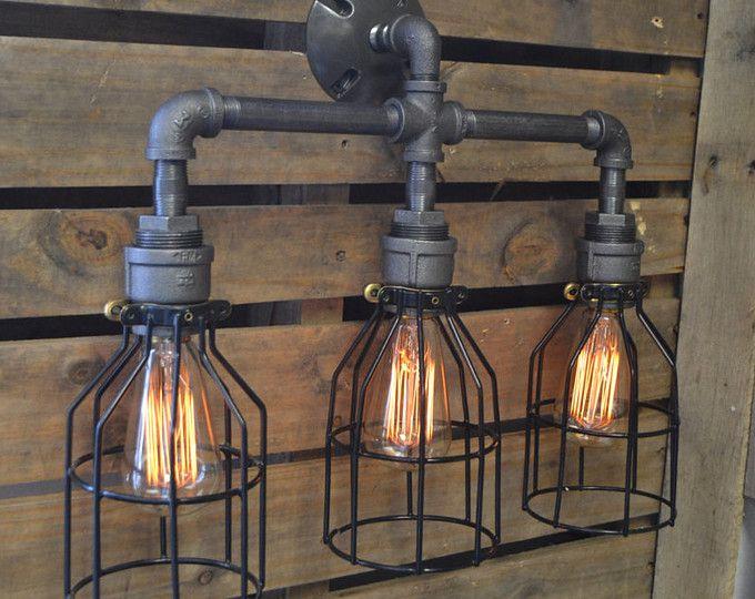 BESCHREIBUNG: Dieses industrielle Licht ist flexibel genug, um in einem Hause, Verkaufsfläche oder Büro zu arbeiten. Es soll aussehen wie ein Wasserhahn mit einem Tropfen Wasser. ~ ALLE LICHTER KÖNNEN ANGEPASST WERDEN. WENN SIE ETWAS AUF IHRE BEDÜRFNISSE ZUGESCHNITTEN, INFORMIEREN SIE UNS BITTE UND WIR WERDEN ES ZITIEREN. ARTIKELDETAILS: -Maße: 11 H x 8 W -Leuchtmittel: Jeder Stil Birne darunter Edison, Standard, LEDS usw. (keine Kandelaber) -Bewertet 60 Watt pro Sockel -Sockel…