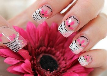 NailArt stap voor stap ~ Zebra print met roze en bling bling! on http://www.beautynailsfun.nl/2013/07/nailart-stap-voor-stap-zebra-print-met-roze-en-bling-bling/