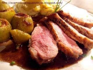 Peito de pato com figos assados e batatas ao Roquefort