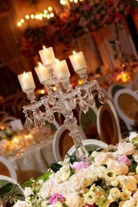tendencia en decoraccion exterior bodas al aire libre estilo victoriano con candelabros, velas y lamparas de araña.