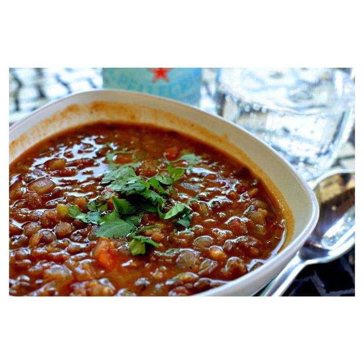Som utlovat! Ett vegetariskt recept. Linssoppa. En stående favorit hemma hos Hammar.  2 tsk olivolja att steka i 1 hackad stor lök 1 dl hackade morötter 1 dl hackad selleri 2 tsk salt 1/2 kilo förvällda linser (många går att förvälla direkt i soppan) 1 burk krossade tomater 6 dl vatten  1 tärning grönsaksbuljong 1 nypa hackad koriander 1/2 tsk mald spiskummin 1/2 tsk svartpeppar  Ungefär! Man får smaka och salta efter behov.