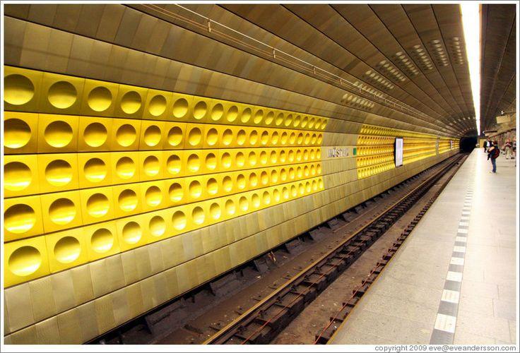 Scese a Můstek, la stazione centrale della metropolitana di Praga, nella quale, dopo appena un mese e mezzo, già si orientava senza problemi. I solchi per attutire i rumori sulle pareti rivestite di pannelli di ottone che si inarcavano verso l'alto in file parallele come i cassettoni del soffitto del Pantheon di Adriano, sembravano guardarlo dritto in faccia.