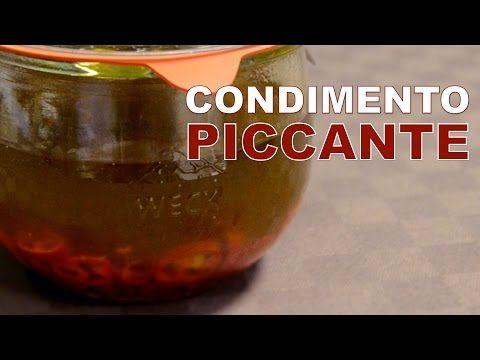 """La video ricetta per preparare un """"caldissimo"""" condimento piccante, utilizzando olio extra vergine d'oliva, peperoncini freschi e forno a microonde."""