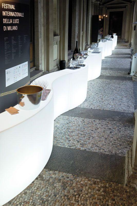 Ce snack bar lumineux est utilisable à l'intérieur comme à l'extérieur. Il est parfait pour aménager un « espace bar » moderne et accueillant dans un salon, une véranda, une terrasse, une pelouse ou au bord d'une piscine et apporte un caractère festif. Une invitation à prolonger la soirée jusqu'au bout de la nuit !