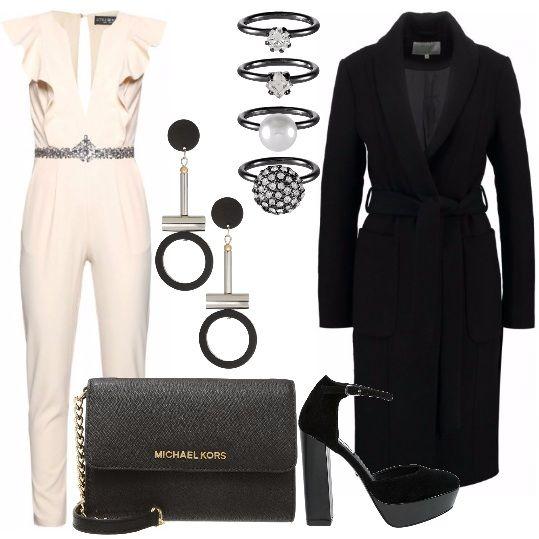 Ecco un look perfetto per una serata romantica: raffinata tuta da indossare con il cappotto classico con cintura in vita. Gli accessori completano il look con eleganza: pochette nera, scarpe con plateau, orecchini e set di anelli super brillanti.
