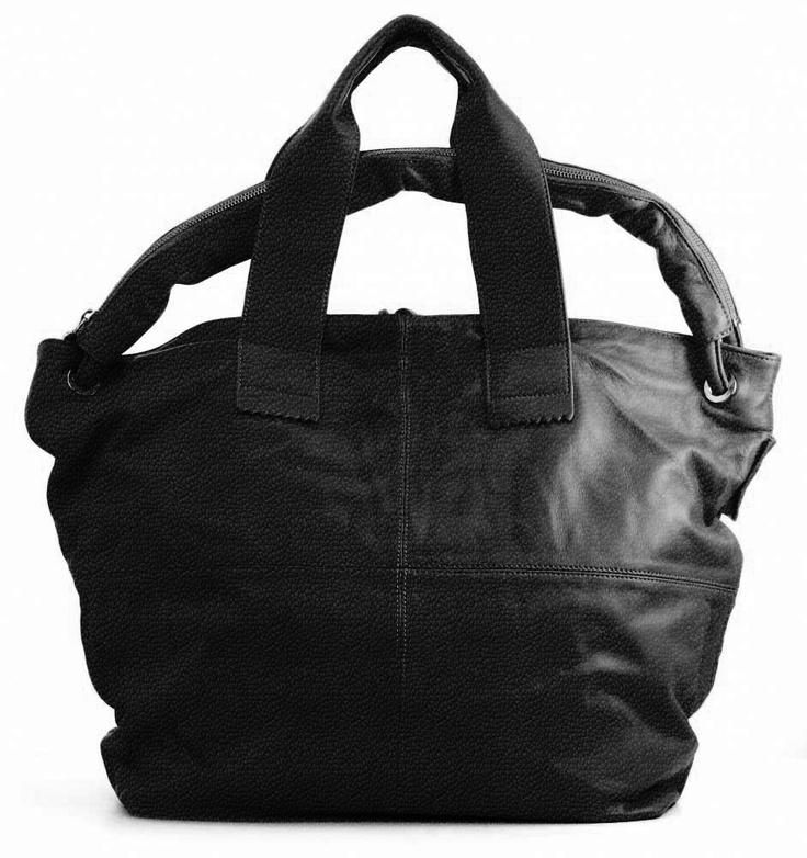 And 18, lederen damestas met drie hengsels, de tas sluit met een rits. Mogelijk in 35 verschillende kleuren.