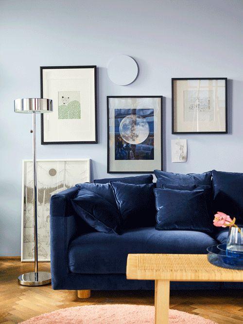 Met leuke woondecoratie word je opnieuw verliefd op je eigen interieur | IKEA IKEAnl IKEAnederland inspiratie wooninspiratie interieur woonkamer kamer STOCKHOLM 3-zitsbank sofa bank zitbank blauw design trendy accessoires decoratie ÅDUM vloerkleed STOCKHOLM 2017 salontafel tafel verlichting lamp poster schilderij