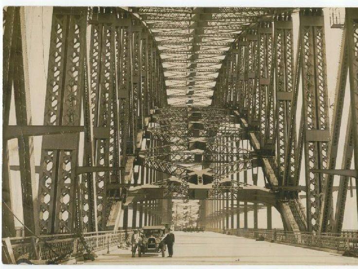 C. John Vowell (Stuckey) and Dr John Bradfield take the Sydney Harbour Bridge by car. 🌹