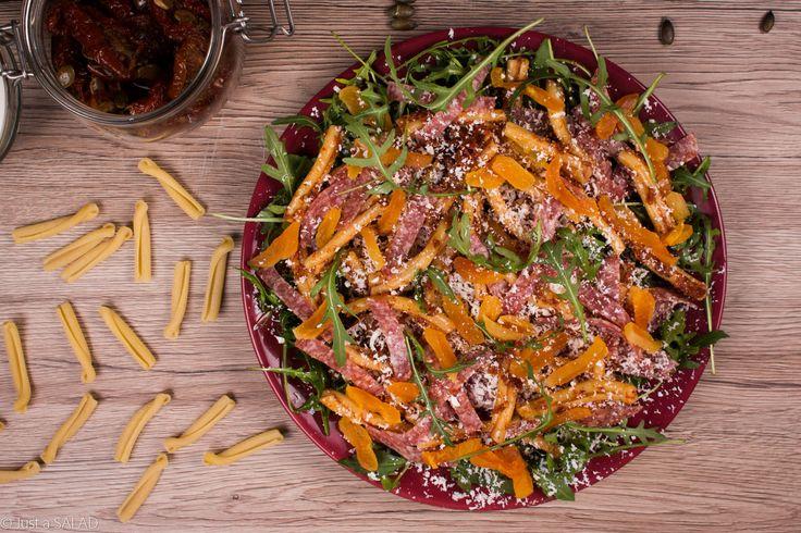 TRELE MORELE, A SALAMI BĘC! Sałatka z rukolą, makaronem, suszonymi morelami, salami, fetą i pomidorowym pesto.