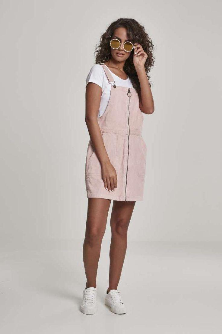 Das oberschnenkellange Latzhosen Kleid aus Cord punktet mit klassischen Details, wie den verstellbaren Trägern und dem unterlegtem Metallzipper, der …