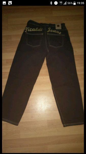 Hey,verkaufe meine Top erhaltene Jeans von Picaldi.Hinten oberhalb der Gesäßtasche ist Picaldi Jeans gestickt.W30 L30Versand per DHL PaketÜberweisung/Paypal/neteller/skrill möglich.