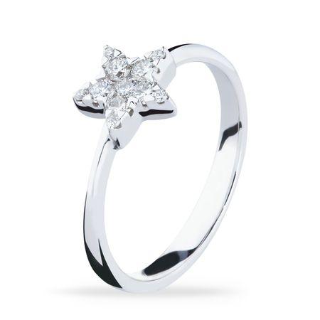 Eterno Luminoso!Os diamantes VS são de uma família mais do que especial! VS - em inglês Very Slightly Included - significa que, quando visto de um equipamento específico, o diamante possui pouquíssimas inclusões ou imperceptíveis. Inclusões são fissuras naturais das pedras preciosas. Quanto menos, maior a claridade e o diamante brilha mais! Aquele detalhe que faz toda a diferença: tenha diamantes VS e você nunca mais vai querer outros no seu porta-joias.* Em pedras, o anel possui 26 pontos…
