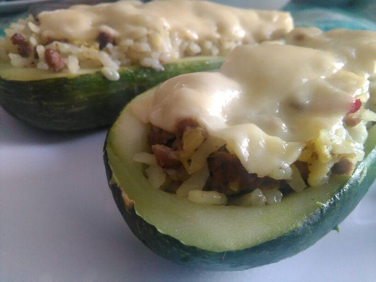 Zapallo italiano relleno: Carne picada en trozos pequeños, arroz, verduras, condimentos y cubierto por una capa de queso