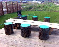 GULT HUS - baghave med taburetter af malede træstammer