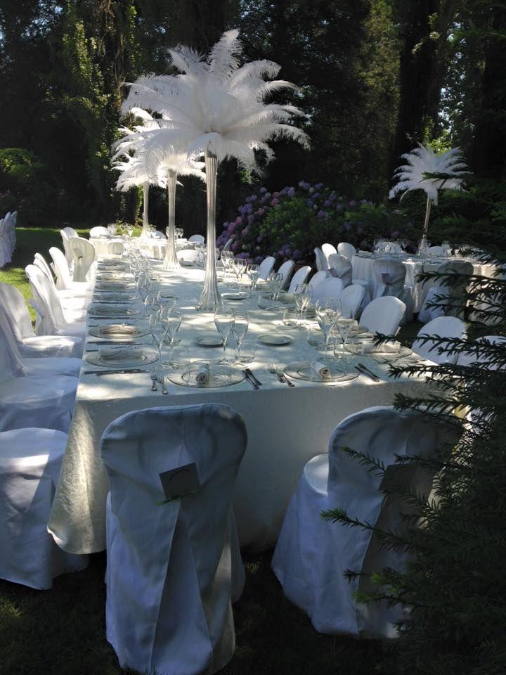 Piume per l'allestimento floreale del matrimonio nel parco della villa