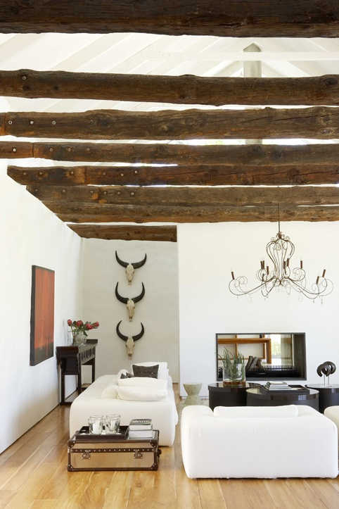Rustic living room with white linen furniture [Source: Weylandts]