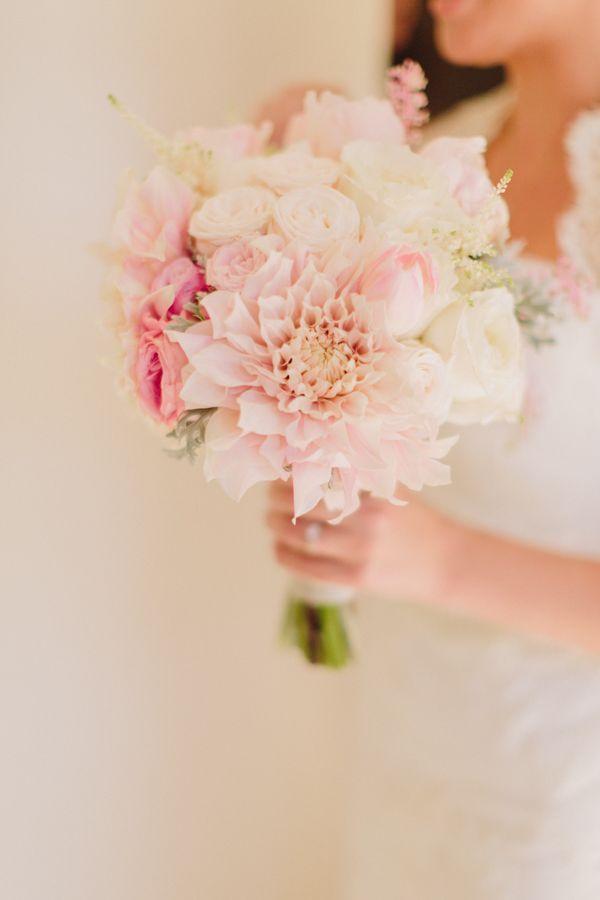 bouquet di dalie e rose per la sposa autunnale