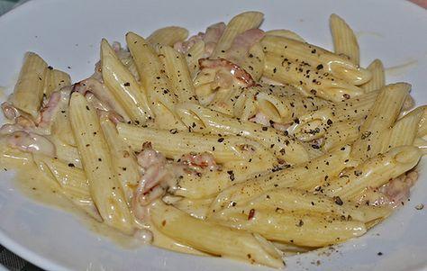 Ingredienti per 4 persone : pasta a scelta gr . 320 , pancetta gr. 200 , panna da cucina ml.250 , 1 spicchio d'aglio , un pezzetto di cipolla , 2 cucchiai