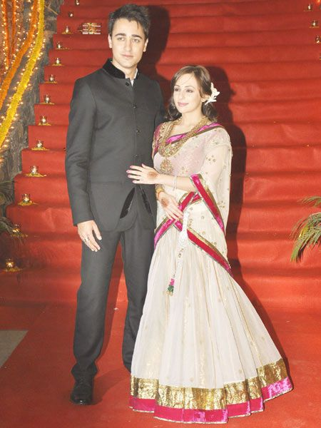Avantika wore a Manish Malhotra lehenga. She looked gorgeous in the off-white net ghaghra teamed with a pink velvet border