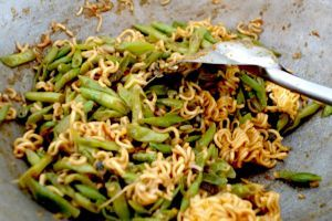Sambal goreng kacang panjang and mie - Spicy green beans with noodles - authentic Indonesian vegan recipe from a village on Lombok island, Indonesia (source: my personnal food and travel blog / vlog with recipes, authentic video recipes, street food, food and travel documentary, travel info and more. Welcome! :) )