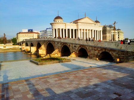 Den gamle steinbroen med det nye arkeologiske museet i bakgrunnen