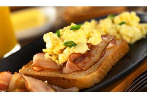 Oua batute picante si Bacon crocant- Un mic dejun delicios pe care il poti prepara foarte usor