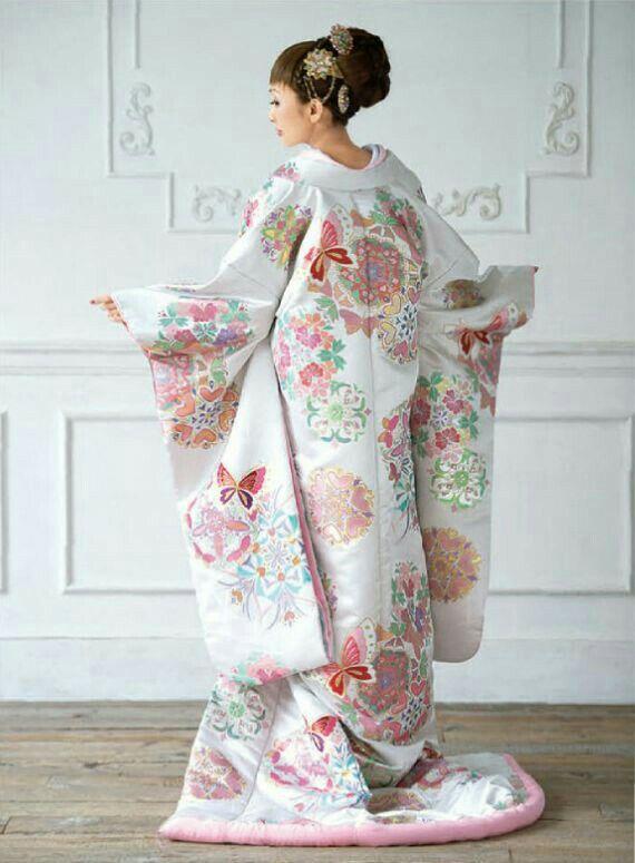 Iro-Uchikake (kimono de mariage) en soie blanche à motifs de fleurs, papillons et coeurs dans les tons roses.