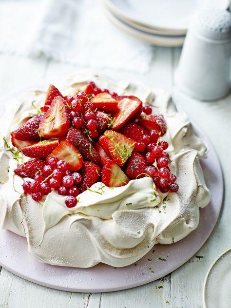 meringue met aardbeien en aalbessen