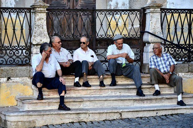 Talking in Giraldo Square / Conversando na Praça do Giraldo /#Evora #Alentejo #Portugal #visitevora #p3top