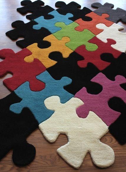 Eine witzige Idee - mit dem Puzzleteppich kann man den Raum nach Belieben verändern, man kann den Teppich in mehrere einzelne Teppiche aufteilen, die Farben der einzelnen Puzzleteile mischen oder farblich passend nebeneinander und übereinander legen und so immer neue Designs kreieren: Via: Bookofjoe