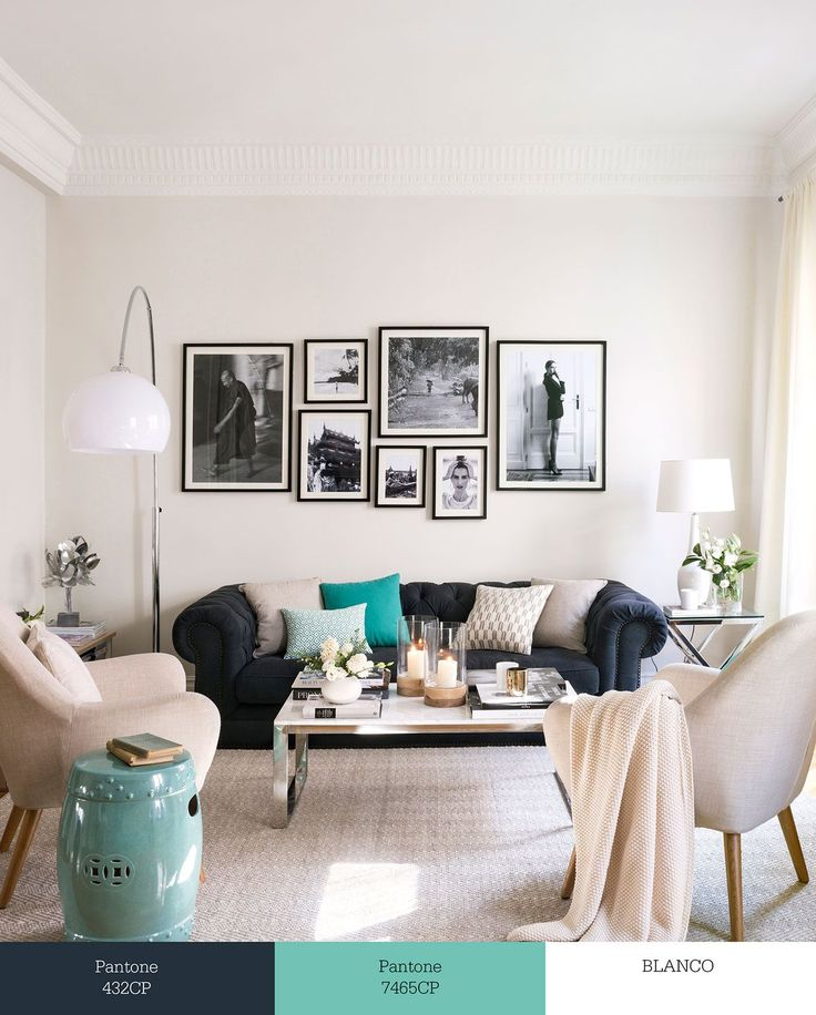 Salón con sofá chester decorado en blanco y gris oscuro y con toques de turquesa 00457287w