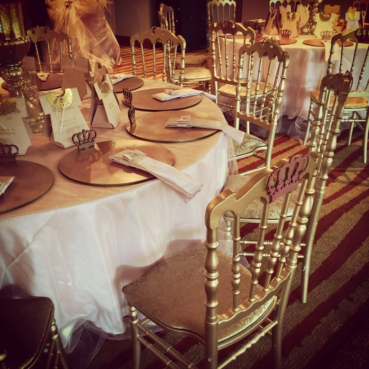 Princess theme, pink and gold table details