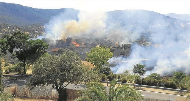 Imagen tomada desde la ventana de una vivienda cercana a la zona incendiada. - GUADALUPE MÁRQUEZ