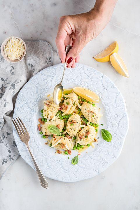 INGRÉDIENTS PAR SAPUTO | Pour un lunch haut en saveurs et préparé en moins de 30 minutes, essayez cette recette de gnocchis au fromage Ricotta, sauce citron, petits pois et pancetta. Une idée simple et si délicieuse.