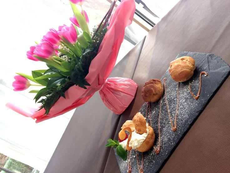 Un joli dessert, quelques fleurs, un rayon de soleil, un signe... Les beaux jours sont proches... Gastronomiquement votre, David Prevel