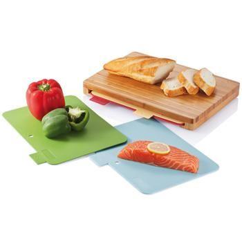 SET TAGLIERI mod. P261.219, igienici, composto da un tagliere in bambù scuro 35 x 25 cm e 4 taglieri in PP lavabili in lavastoviglie che possono essere contenuti al suo interno. I colori ed i simboli indicano gli alimenti da utilizzare (verdura, formaggi, carne, pesce). Dimensioni: 36 x 25 x 5 cm. More: http://www.sadesign.it/it/gadget/p261-219_28746_idp/