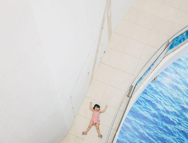 National Geographic: e as melhores fotografias do ano são... - Observador Menção Honrosa (People) Uma jovem faz uma birra num centro comercial de Banguecoque. Foto de Adam Birkan Local: Banguecoque - Tailândia