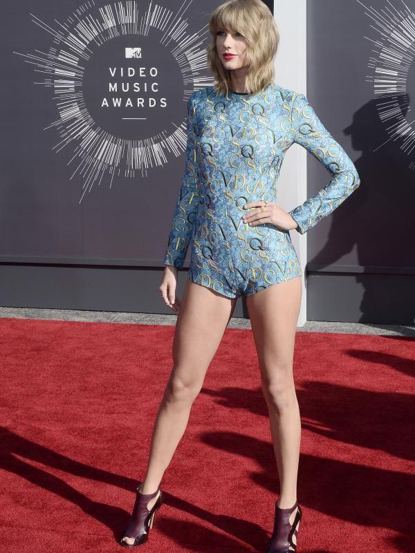 Mantan kekasih Taylor Lautner ini pamerkan kakinya dengan balutan busana biru super mini karya desainer Mary Katrantzou di karpet merah MTV Video Music Awards, California (24/8/2014). (Bintang/EPA)