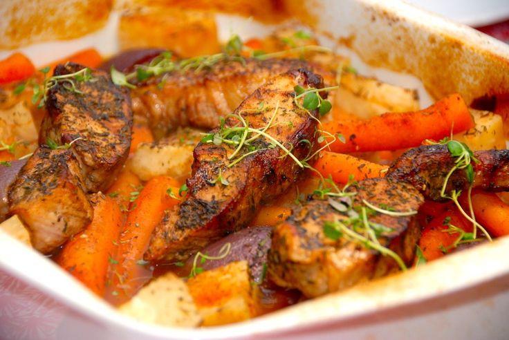 Opskrift på gris i fad, der er meget nem aftensmad i ovnen. Nakkekoteletter deles i halve, og steges med lækre rodfrugter i halvanden time. Gris i fad er en nem omgang aftensmad, hvor hele retten l…