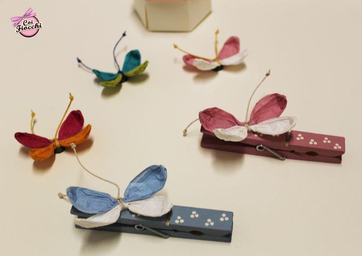 Mollette da utilizzare come segnatavolo/segnaposto o da abbinare al sacchetto dei confetti. Dipinte a mano. Le farfalle sono realizzate a mano in filo di carta