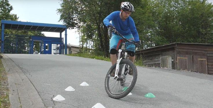 Das Hinterrad versetzen - Um enge Kurven wie Spitzkehren oder Serpentinen fahren zu können, musst du das Hinterrad deines Bikes richtig versetzten.