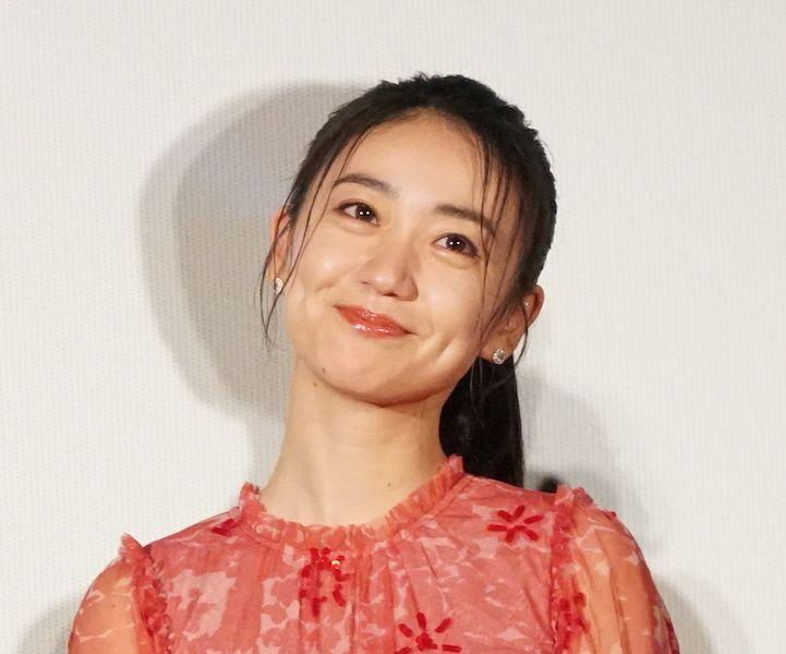 元akb48で女優の大島優子が25日 クリスマスツリーから ひょっこり と顔を出した写真を自身のインスタグラムで公開 ファンから 綺麗ですね 可愛い などと歓喜の声が上がっている 大島優子 タラレバ娘 顔