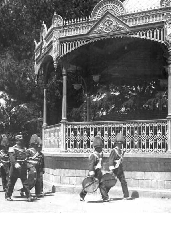 Banda en el kiosco civico de la Plaza de Armas de Talca. Ca. 1920