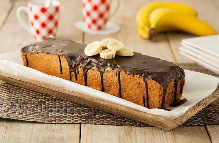 Bakken met banaan. Meng een gepureerde banaan door het cakebeslag en bakken maar. Maak 'm helemaal af met knapperige chocoglazuur.